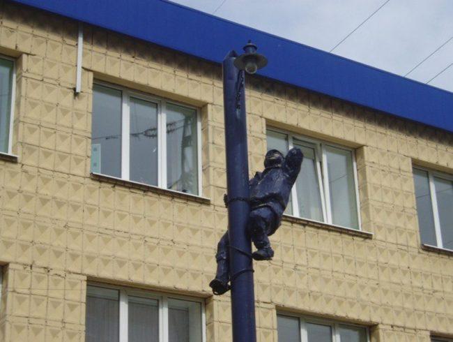 Памятник электрику