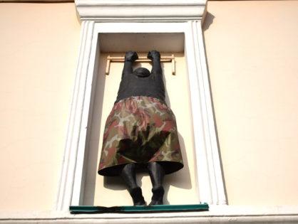 Скульптура «Любовник, спускающийся с балкона»
